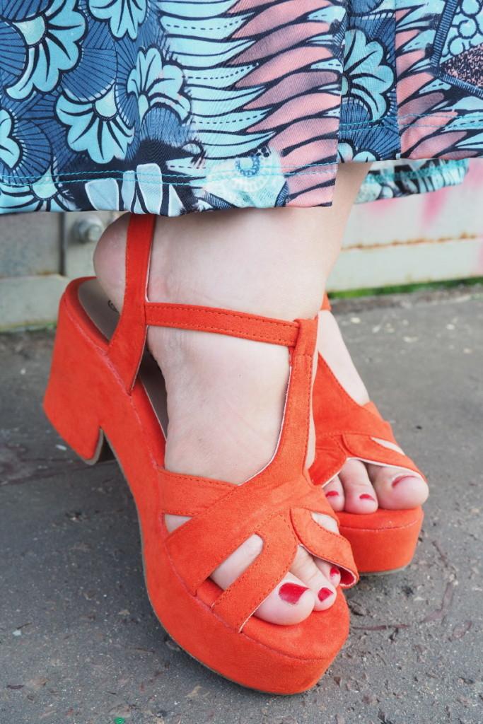 moda plus size - detal - pomarańczowe sandałki