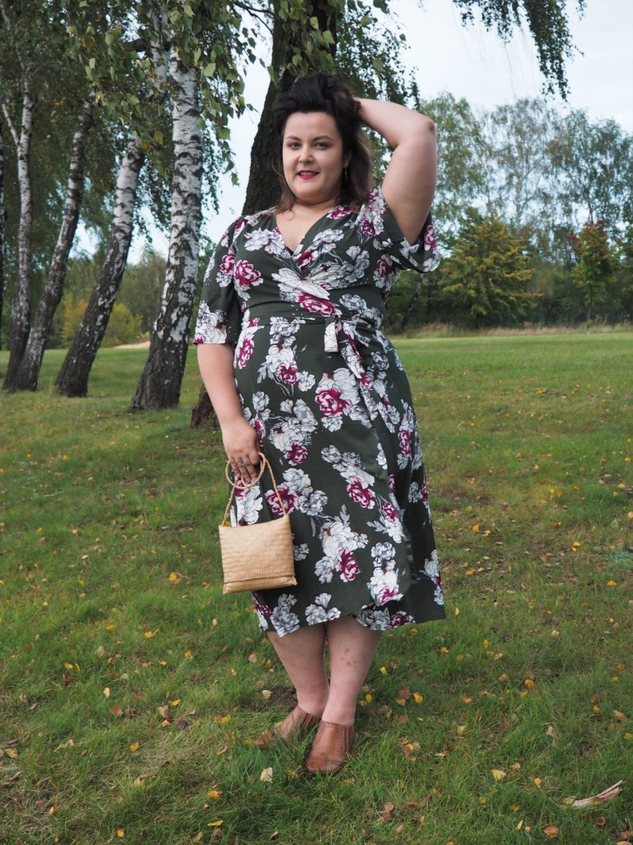 moda plus size - zielona sukienka w kwiaty