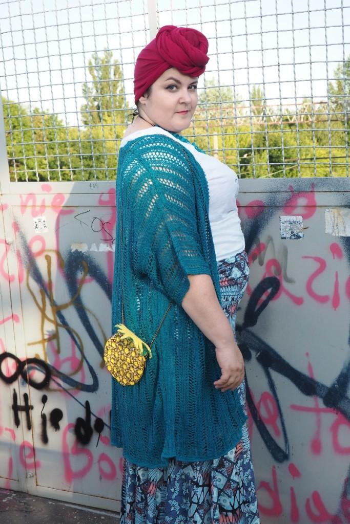moda plus size - street style - cała sylwetka od tyłu