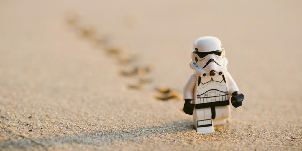 samotny stron trooper maszeruje przez pustynię