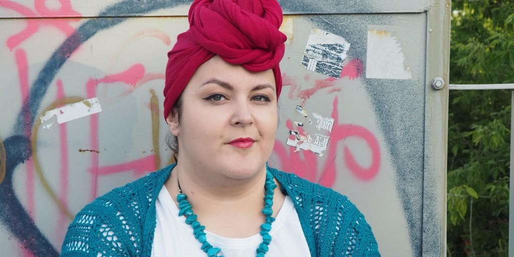 moda plus size - portret w turbanie