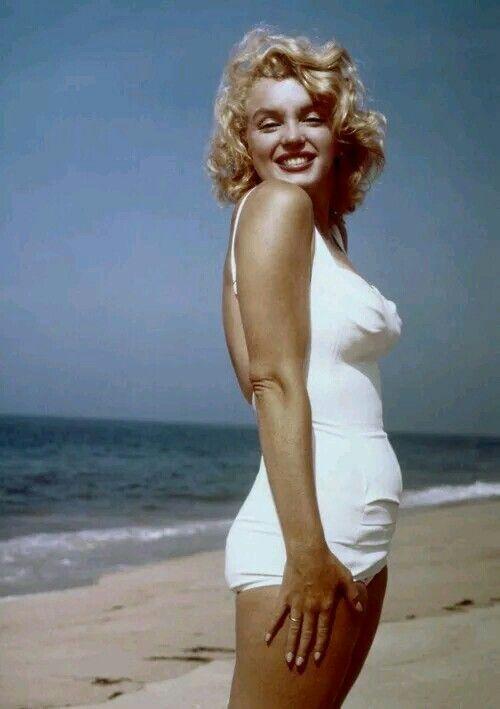 Marilyn Monroe na plaży w białym kostiumie