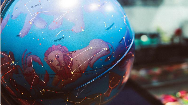 podświetlany globys przedstawiający mapę nieba